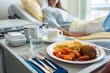 canvas print picture - Essen wird einem Patienten im Krankenhaus ans Bett serviert