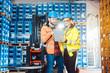 canvas print picture - Mann und Frau als Arbeiter im Logistikzentrum nutzen Computer