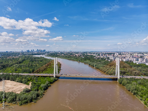 Widok z lotu ptaka na most Siekierkowski oraz cetrum Warszawy