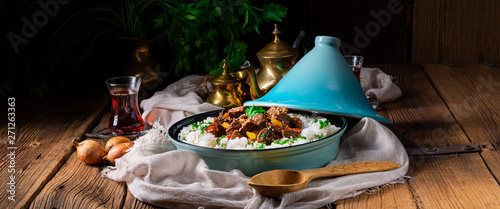 Photo sur Aluminium Montagne Tajin beef stew with rice paprika and sesame seeds