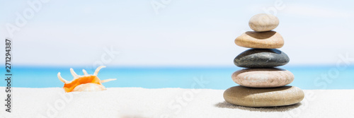 La pose en embrasure Zen pierres a sable Relaxing in the tropical beach, with white sand and stack of stones. Background for banner