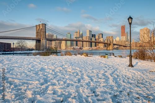 Pinturas sobre lienzo  Manhattan Skyline from Pebble Beach in Brooklyn, United States.