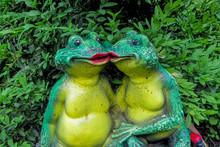 Two Kissing Frogs Decor Sculpt...