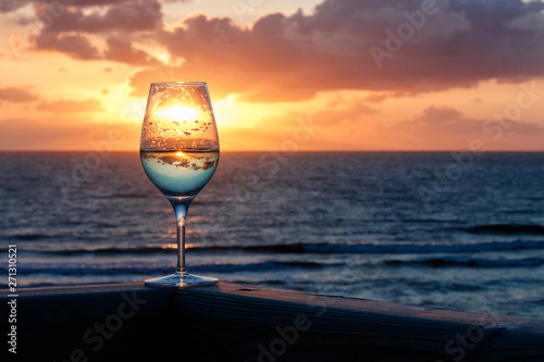 Canvas Prints North Sea Weinglas vor dem Sonnenuntergang am Meer