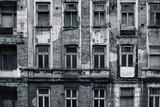 Czarno-biały, częściowo zniszczony przód budynku, nieczysty i kontrastowy - 271329598