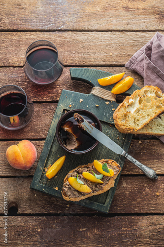 Foto auf Leinwand Texturen Chicken liver pate with griiled bread and peach, rustic style