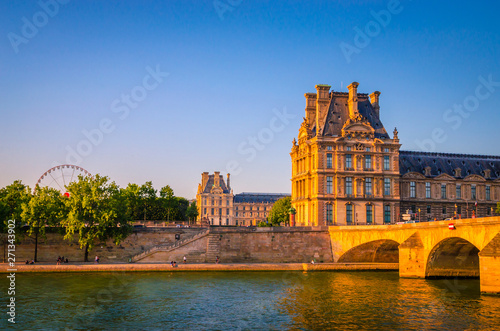 Photo Sunset view on bridge and buildings on the Seine river in Paris, France
