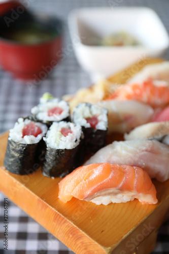 Photo  Sushi Set nigiri and sushi maki with tea served on wood and soup , Japanese food