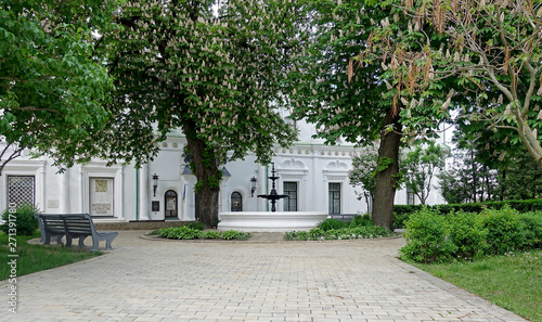Foto A courtyard with a fountain under blooming chestnuts in Kiev Pechersk Lavra
