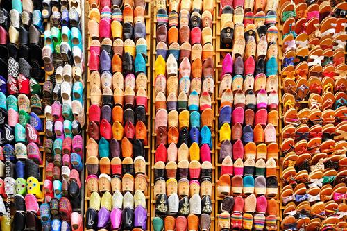 Fotografía Moroccan slippers at market, Chefchaouen, Morocco