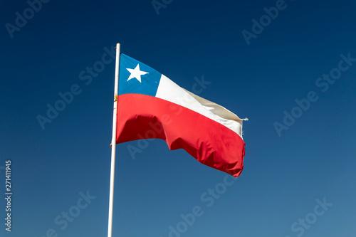 Poster Amérique du Sud Chilean flag waving under blue sky