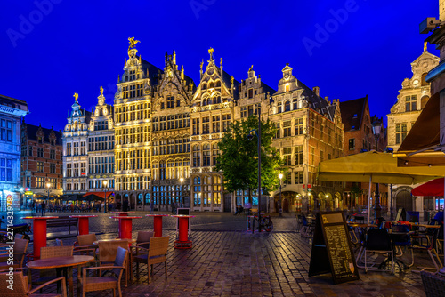 In de dag Antwerpen The Grote Markt (Great Market Square) of Antwerpen, Belgium. It is a town square situated in the heart of the old city quarter of Antwerpen. Night cityscape of Antwerpen.