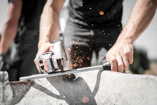 Handwerker schneidet mit dem Winkelschleifer und der Flex Gewindestange auf der Canvas Print