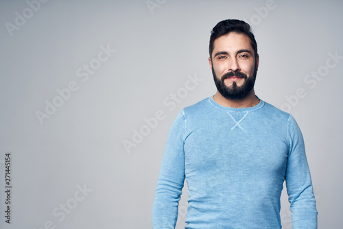 Photo  Confident Hispanic man standing looking at camera