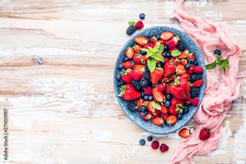 Fototapeta Draufsicht von frischen reifen Erdbeeren, von Blaubeeren und von Brombeeren auf Holztisch mit freiraumraum obraz