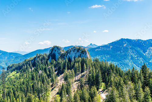 Foto Scenic alpine spring landscape with forest trees