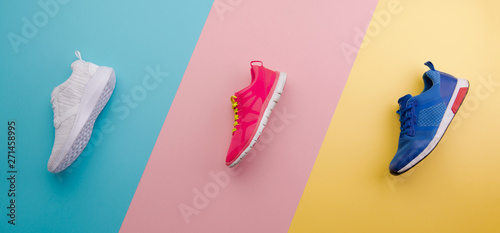 Fotografía  A studio shot of running shoes on bright color background