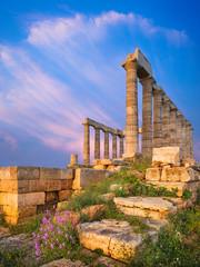 Večernje svjetlo na kamenju i stupovima hrama Posejdona u Grčkoj