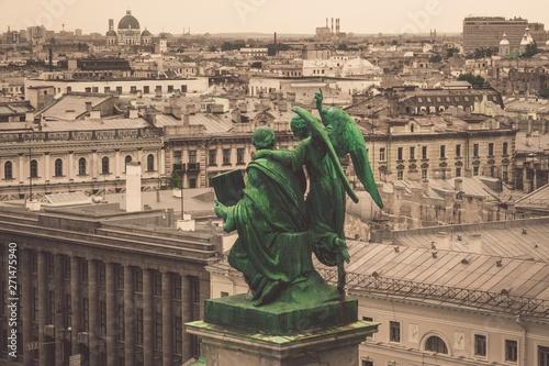 Foto op Plexiglas Historisch geb. green statues above city