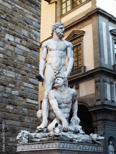 Foto op Plexiglas Historisch geb. sculpture near building