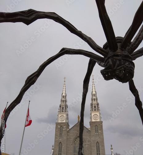 Foto op Plexiglas Historisch geb. statue near church