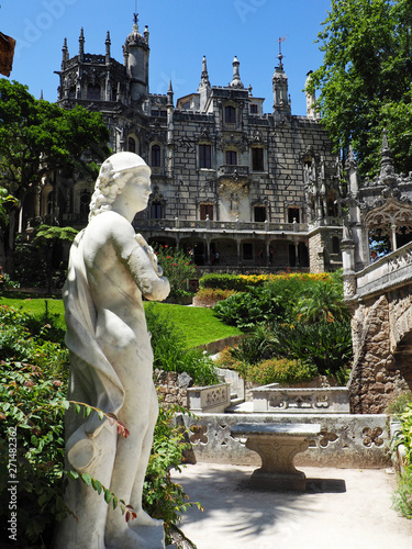 Foto op Plexiglas Historisch geb. statue on mansion grounds