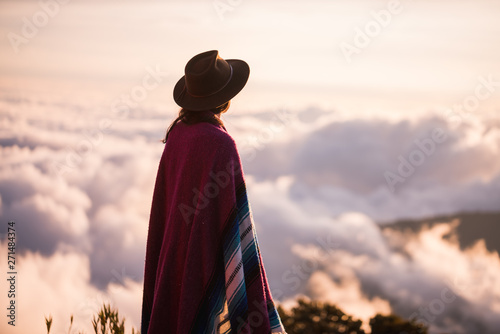 Foto op Plexiglas Historisch geb. woman gazing over clouds
