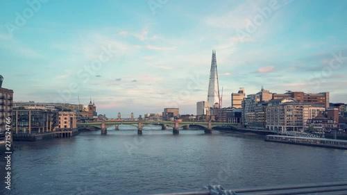 Pinturas sobre lienzo  hyper lapse of sunset, London skyline from Millennium bridge, UK