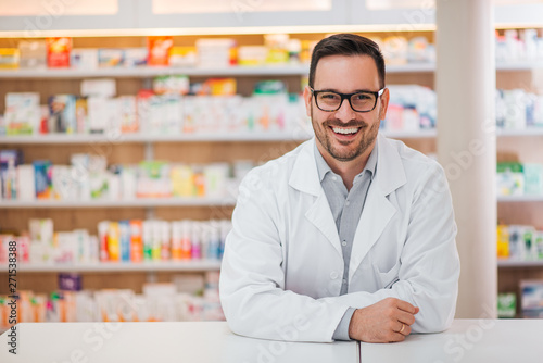 Photo sur Toile Pharmacie Smiling portrait of a handsome pharmacist.