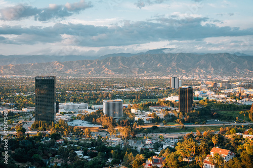 Foto  Cityscape view of the San Fernando Valley from Universal City Overlook on Mulhol
