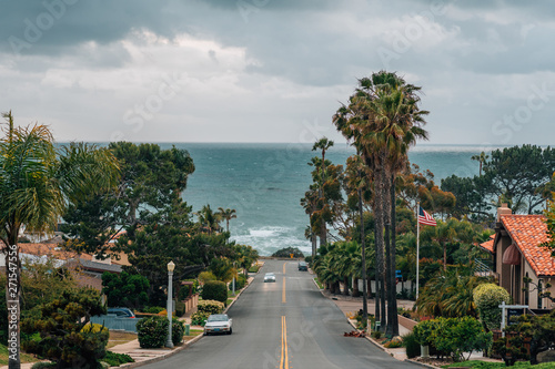 Fotografiet A street with view of the Pacific Ocean on a cloudy day, in Point Loma, San Dieg