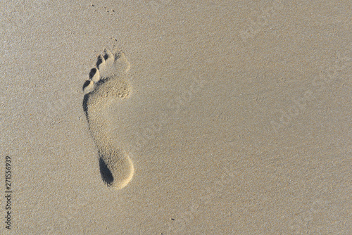 Photographie top view on footprint in the sand