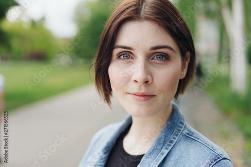 portrait einer junge frau im park