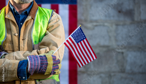 Photo A serious worker man and american flag
