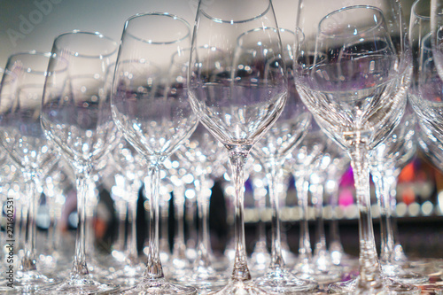 La pose en embrasure Alcool Several rows clear, clean glasses for wine and champagne on counter prepared for drinks.