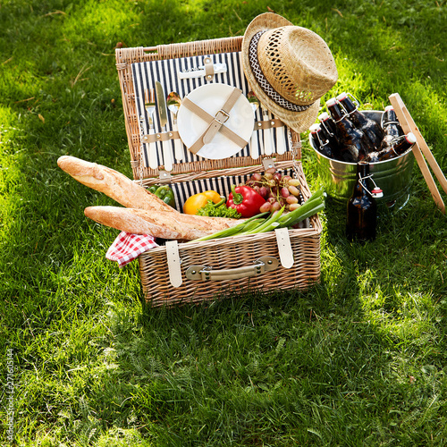 Poster Pierre, Sable Healthy vegetarian summer picnic hamper with beers