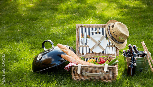 Poster Pierre, Sable Frontal view of picnic basket sitting in grass