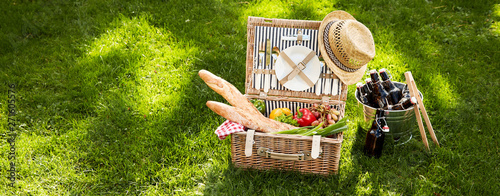 Poster Pays d Europe Vintage picnic hamper with vegetarian food