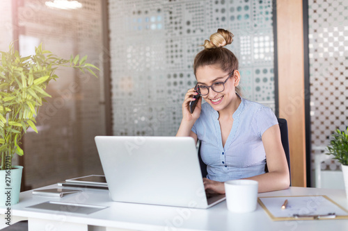 Photo sur Toile Les Textures Young business woman working on laptop in office