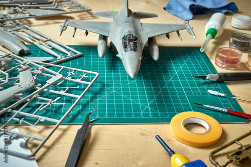 Fotomural  Top view on plastic model scale with accessories on  green pad on  wooden table