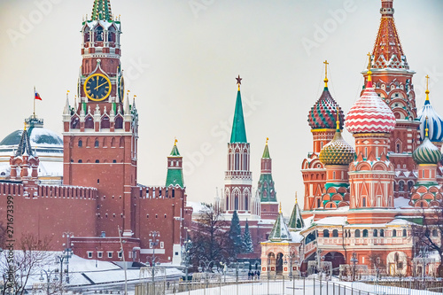 La pose en embrasure Moscou Moscow. Russia. Moscow Kremlin winter panorama. Spasskaya tower clock chimes. St. Basil's Cathedral domes. Winter Red Square. Russian cities. Moscow architecture. Capital of Russia monuments.