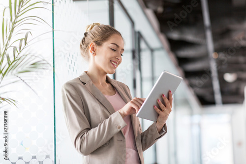 Obraz Portrait of a young business woman in an office - fototapety do salonu
