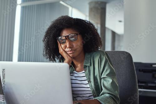 Stressed frustrated young businesswoman looking at laptop Tapéta, Fotótapéta