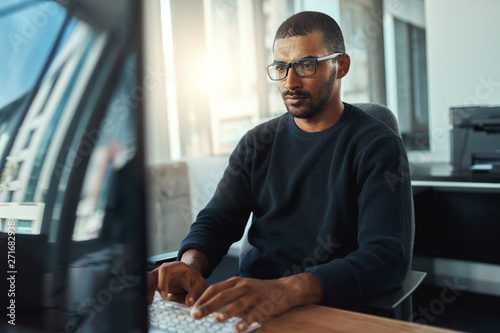 Young businessman working at workplace Fototapet