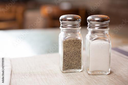Foto A salt and pepper shaker in a restaurant setting