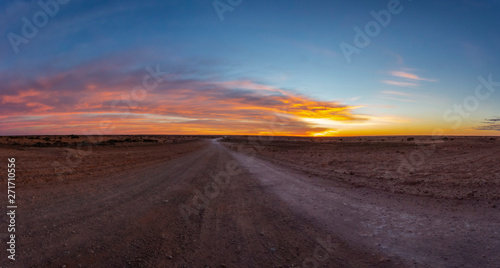 Papiers peints Route 66 Dawn over the Boreline Track in the Australian Outback