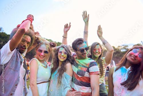 Photo sur Aluminium Individuel Dancing together during music festival