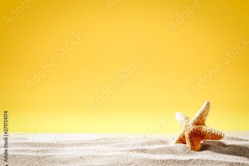 Stampa su Tela Summer background of sand and shell with yellow background