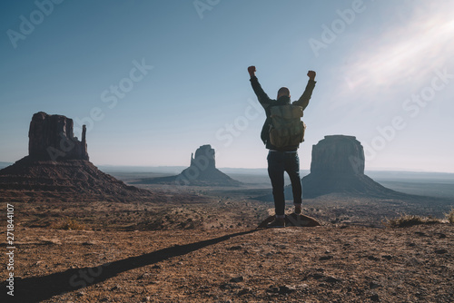 Fotografía  Hipster guy feeling freedom looking at beautiful natural landscape in Monument V