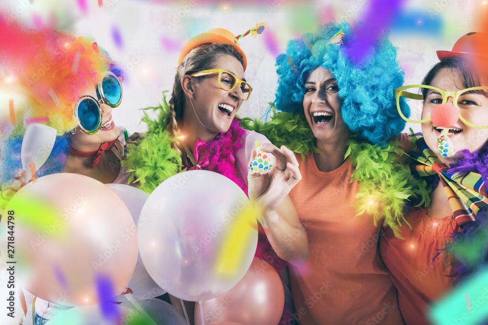 Fototapety, obrazy: party mädchen frauen gruppe mit perücken und tröte und konfetti